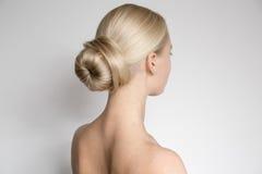 Schöne junge blonde Frau mit Brötchen Hairstуle Lizenzfreie Stockfotos