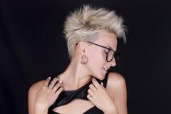 Schöne junge blonde Frau mit dem kurzen Haar mit Gläsern in Prof Lizenzfreies Stockbild