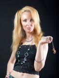 Schöne junge blonde Frau mit dem langem Haar und je Stockfoto