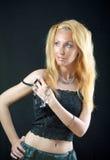 Schöne junge blonde Frau mit dem langen Haar Lizenzfreies Stockfoto