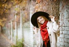 Schöne junge blonde Frau mit dem langen Haar Stockfoto
