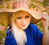 Schöne junge blonde Frau mit dem langen Haar im Hut Lizenzfreie Stockfotos