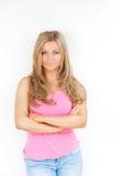 Schöne junge blonde Frau mit den Armen gekreuzt Stockfoto