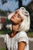 Schöne junge blonde Frau mit den roten Lippen Lizenzfreie Stockfotografie