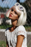 Schöne junge blonde Frau mit den roten Lippen und ausdrucksvollem müdem L Lizenzfreies Stockbild