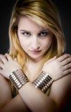 Schöne junge blonde Frau mit Schmuck- und Silberarmbändern Lizenzfreie Stockbilder