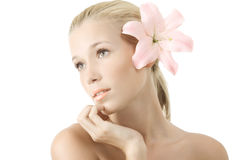 Schöne junge blonde Frau mit der Lilie getrennt Stockbild