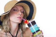 Schöne junge blonde Frau mit einem kühlen Getränk Lizenzfreie Stockfotos