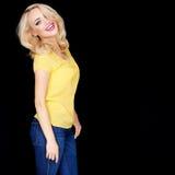 Schöne junge blonde Frau mit einem strahlenden Lächeln Lizenzfreie Stockbilder