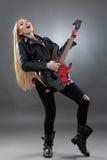 Schöne junge, blonde Frau mit einer E-Gitarre Lizenzfreie Stockbilder