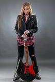 Schöne junge, blonde Frau mit einer E-Gitarre Lizenzfreies Stockbild