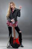 Schöne junge, blonde Frau mit einer E-Gitarre Lizenzfreie Stockfotos