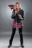 Schöne junge, blonde Frau mit einer E-Gitarre Stockfotos