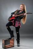 Schöne junge, blonde Frau mit einer E-Gitarre Lizenzfreie Stockfotografie