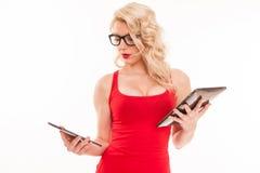 Schöne junge blonde Frau mit Gläsern in roter T-Shirt Holding Stockbild