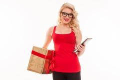 Schöne junge blonde Frau mit Gläsern in roter T-Shirt Holding Stockfotografie
