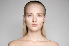 Schöne junge blonde Frau mit langem Slicked-Haar Lizenzfreie Stockfotografie