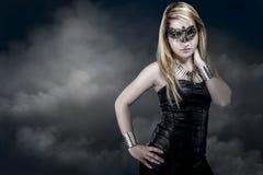 Schöne junge blonde Frau mit Maske, sinnlich und sexy Lizenzfreies Stockfoto