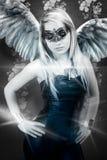 Schöne junge blonde Frau mit Masken-, sinnlichem und sexygeflügeltem r Stockfoto