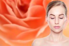 Schöne junge blonde Frau mit perfekter Haut Gesichtsbehandlung Cosmetology, Schönheit und Badekurortkonzept stockbild