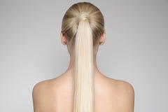 Schöne junge blonde Frau mit Pferdeschwanz Hairstуle Stockfotos