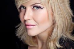 Schöne junge blonde Frau mit Pfirsichmake-up und weißer Kappe Stockbilder