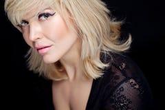 Schöne junge blonde Frau mit Pfirsichmake-up und weißer Kappe Lizenzfreies Stockbild