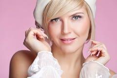 Schöne junge blonde Frau mit Pfirsichmake-up und weißer Kappe Lizenzfreies Stockfoto