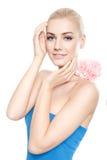 Schöne junge blonde Frau mit rosa Blume Stockfotos