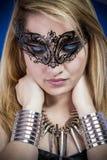 Schöne junge blonde Frau mit Schmuck- und Silberarmbändern, Lizenzfreies Stockbild