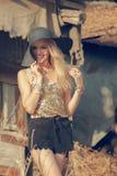Schöne junge blonde Frau mit Sonnenhut Stockfotos