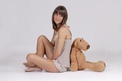 Schöne junge blonde Frau mit Teddybären Lizenzfreies Stockbild