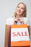 Schöne junge blonde Frau mit vielen Paketen Lizenzfreie Stockfotos
