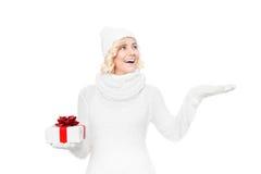 Schöne junge blonde Frau mit Weihnachtsgeschenk Lizenzfreies Stockbild