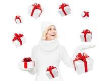 Schöne junge blonde Frau mit Weihnachtsgeschenk Lizenzfreie Stockbilder