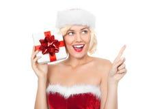 Schöne junge blonde Frau mit Weihnachtsgeschenk Lizenzfreies Stockfoto