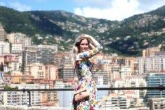 Schöne junge blonde Frau in Monaco Lizenzfreie Stockbilder