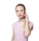 Schöne junge blonde Frau am Telefon Lokalisierung auf einem weißen Hintergrund Lizenzfreies Stockbild
