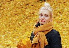 Schöne junge blonde Frau traurig Stockbild
