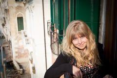 Schöne junge blonde Frau in Venedig Italien Lizenzfreies Stockbild