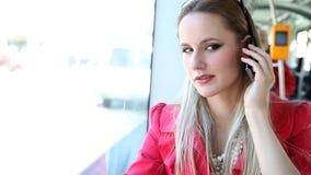 Schöne junge blonde Frauenreittram, sprechend auf Mobile, Telefon, Zelle stock video footage