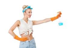 Schöne junge blonde Hausfrau tut Hausarbeit Stockfoto