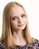 Schöne junge blonde Jugendliche in der Blumen-Spitze Lizenzfreie Stockfotos
