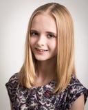 Schöne junge blonde Jugendliche in der Blumen-Spitze Stockfoto