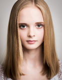 Schöne junge blonde Jugendliche im Studio Stockbilder