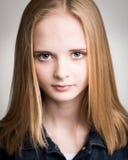Schöne junge blonde Jugendliche im Studio Stockfotografie