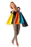 Schöne junge blonde kaukasische Frau, die das vibrierende Einkaufen hält Stockbild