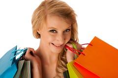 Schöne junge blonde kaukasische Frau, die das vibrierende Einkaufen hält Stockbilder