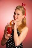 Schöne junge blonde kaukasische Pinupfrau mit einem Glas Lizenzfreie Stockfotografie