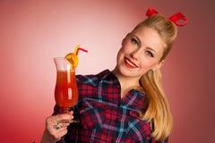 Schöne junge blonde kaukasische Pinupfrau mit einem Glas coc Lizenzfreie Stockbilder